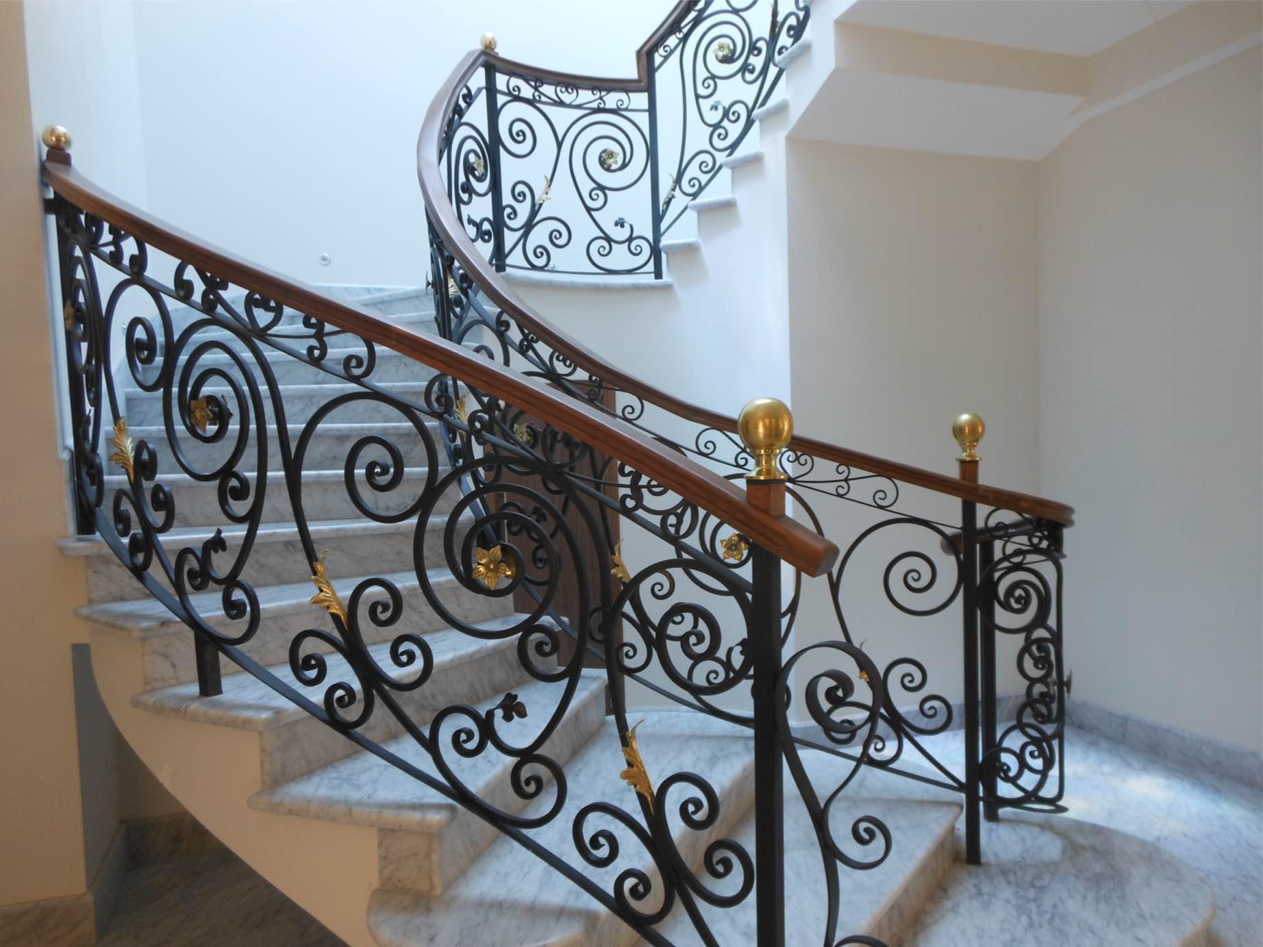 Ideas para decorar barandillas de hierro forjado para tus for Fotos de escaleras de herreria