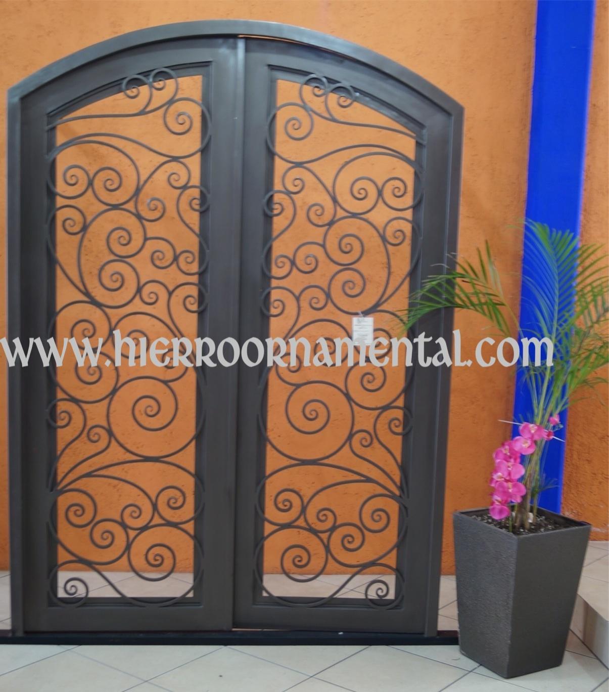 Puerta principal con arco suave detalle producto for Modelos de puertas de metal para casas