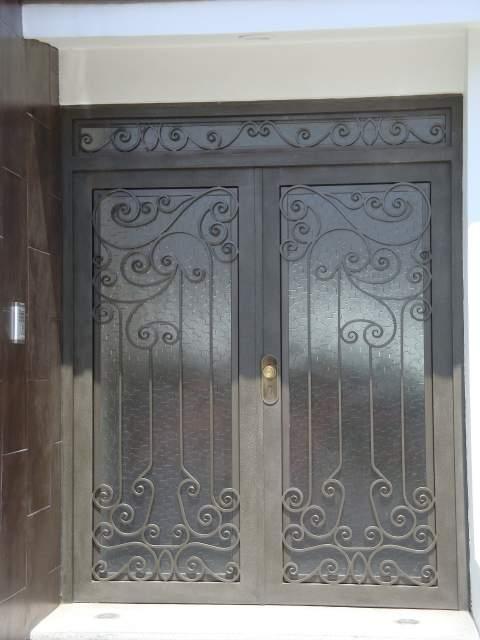 Productos de hierro forjado y acero inoxidable for Puertas principales de herreria elegantes